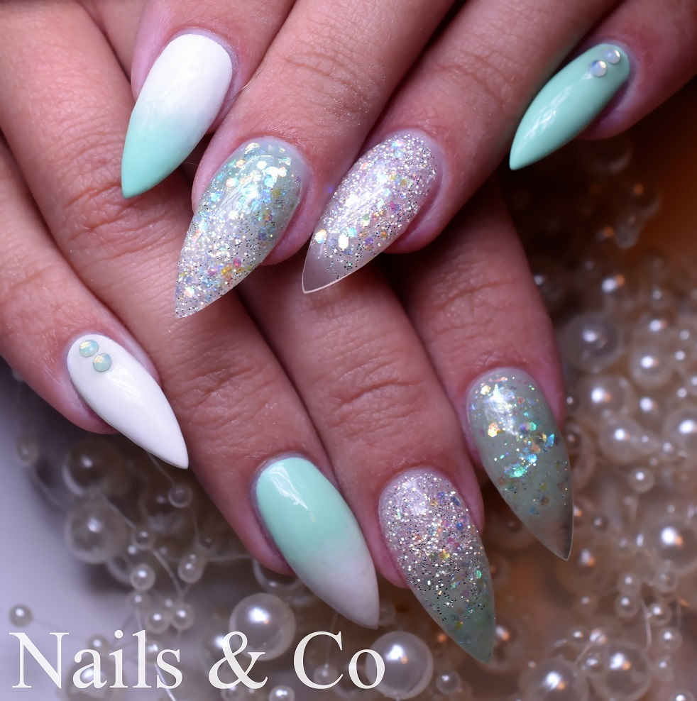 Nail Art Mint-Weiß