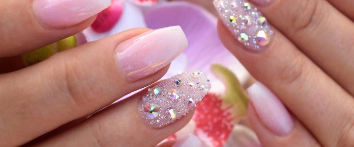 Mehr ist mehr – schöne Nägel mit Strass & Kristallen