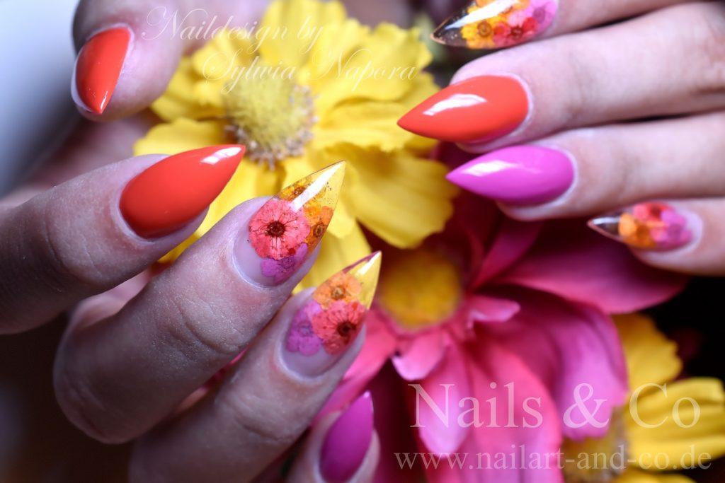 Getrocknete Blumen Nail Art